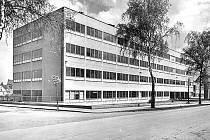 Dobová fotografie gymnázia z druhé poloviny 30. let 20. století.