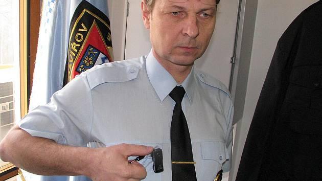 Zástupce ředitele MP Havířov Libor Morcinek ukazuje minikameru