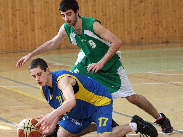 Junioři Karviné (na archivním snímku v zeleném Jan Horváth) podruhé v sezoně vyhráli.
