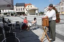 Tradiční plenér pod otevřeným nebem se konal v sobotu dopoledne na Masarykově náměstí v Karviné. Atmosféru prvorepublikového rynku navozoval i flašinetář, který představoval veterána první světové války.