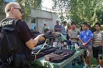 Do volnočasového střediska Spirála v Orlové přijeli svou práci dětem představit jak policejní těžkooděnci.