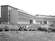Dobový snímek zachycuje školní komplex ve druhé polovině roku1965.