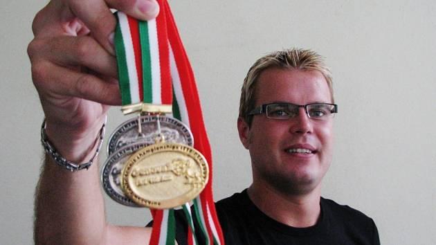 Ivan Karabec se svou sbírkou medailí.