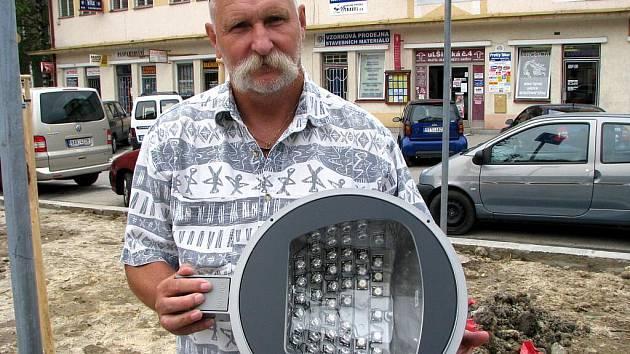 Prostranství na Široké ulice je prvním místem, které osvětlují lucerny s LED diodami.