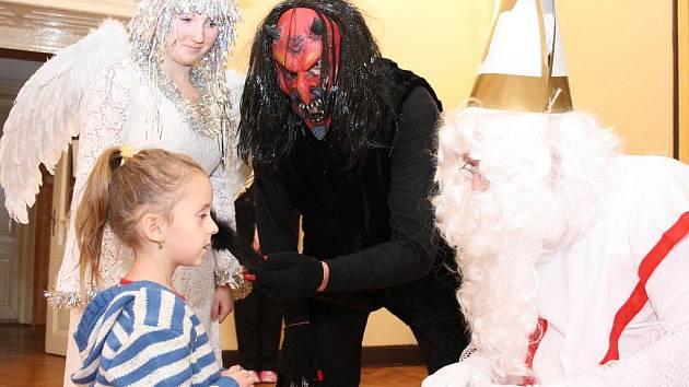 Mikuláš, anděl i čert přišli za dětmi do Doubravy