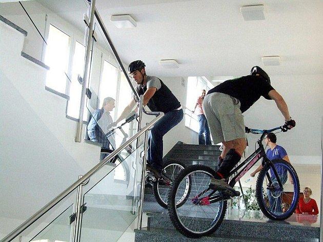 Jako pozvánku na víkendové MČR v biketrialu vyjelo v pátek dopoledne několik borců na svých speciálech schody havířovského magistrátu, a to až do kanceláře vedoucího odboru investiční výstavby Radoslava Basla, který družinu jezdců aktivně vedl.
