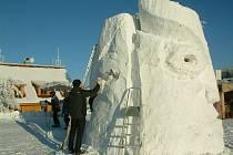 Tradiční sochání z obřích kvádrů sněhu a ledu na Pustevnách a krásné slunečné počasí na hřebenech přilákalo tisíce návštěvníků a turistů.