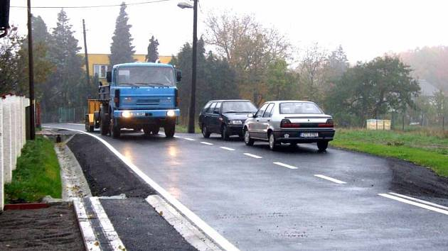 Výhybny pro míjení protijedoucích automobilů na Šumbarské ulici blokují parkující vozy.