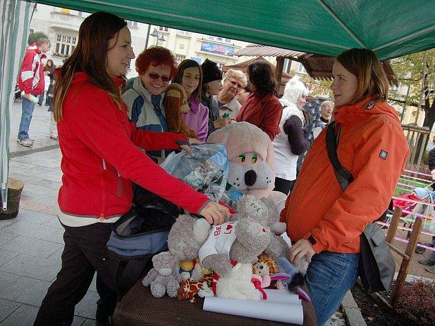 Více než tisícovka lidí přišla v sobotu odpoledne na bohumínské náměstí T. G. Masaryka, aby podpořila akci, při které byl ustanoven nový český rekord v počtu plyšových hraček na jednom místě.
