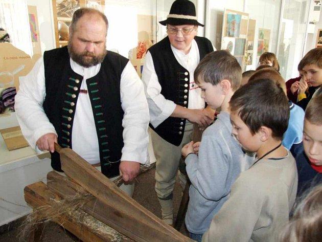 Z ukázek ručních podzimních prací měly velkou radost děti, které si také vše pečlivě vyzkoušely.