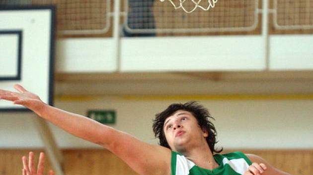 Basketbalisté Sokola Karviná U20 mají velkou naději na první místo. Na snímku v zeleném Petr Sodomka.