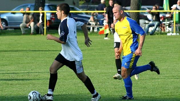 Stonavští fotbalisté (ve žlutomodrém) si přivezli tři body z Příboru.