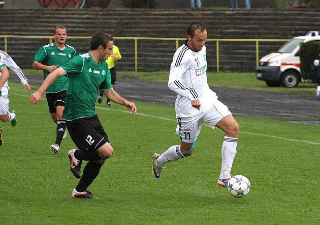 Druholigoví fotbalisté MFK OKD Karviná (v bílém) porazili v hornickém derby zaslouženě Most 2:1.