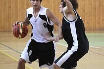 Jiří Vavruša (vlevo) se dal po zranění kotníku neskutečným způsobem dohromady a táhl Karvinou k výhrám v lize mladých mužů.