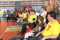 Dobrá nálada, radost ze života a nevídané sportovní zápolení ovládly v sobotu Městskou sportovní halu v Havířově. Z různých koutů Moravy si přišli vozíčkáři zahrát boccie.