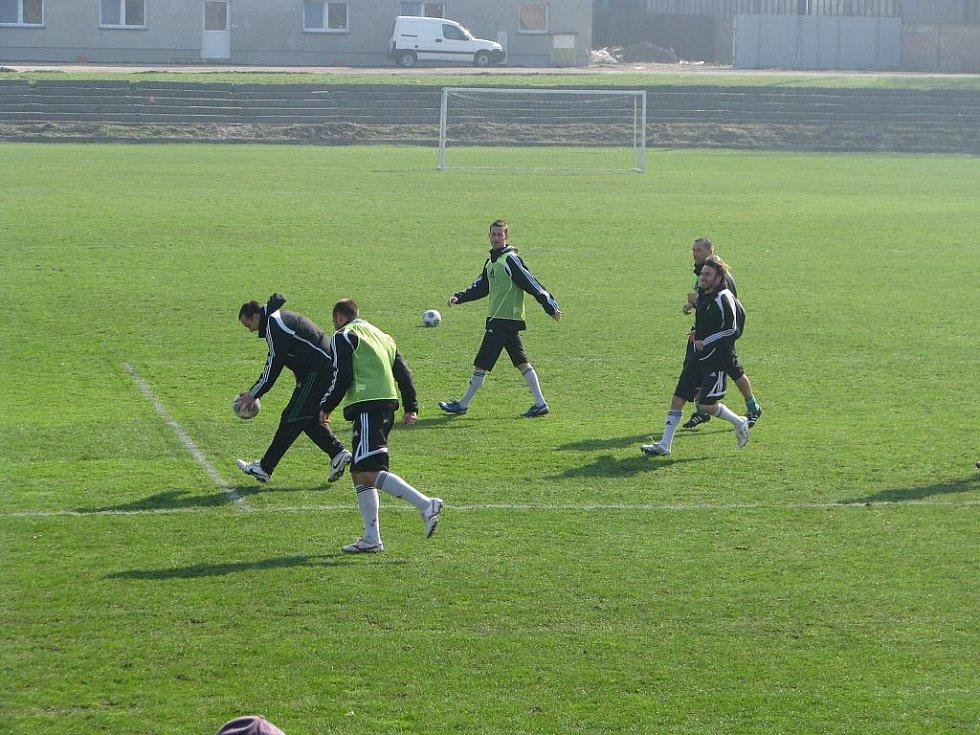 Karvinští fotbalisté při tréninku.