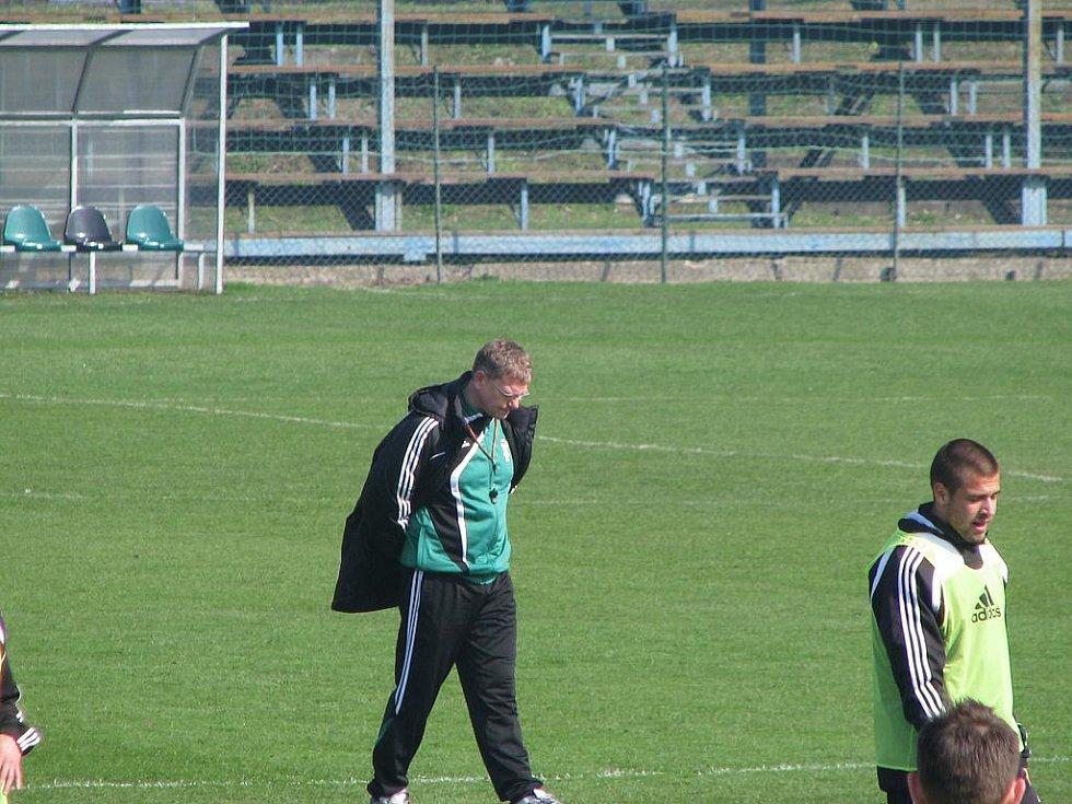Trenér Jiří Balcárek na tréninku týmu.