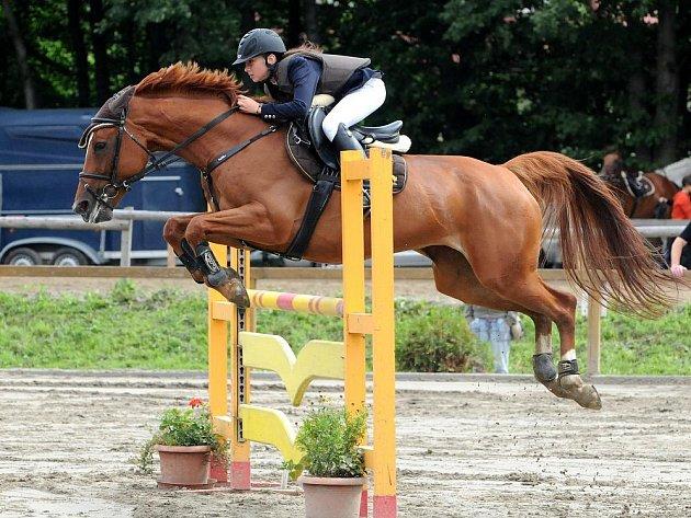 Karvinská jezdkyně Viktorie Pletnická letos dělá čest svému křestnímu jménu a ve většině svých závodů vítězí. Od nové sezony přesedlala z kategorie pony na koně a s Lasturou (na snímku v jednom z kvalifikačních závodů SIEC WYS v Trojanovicích) si rozumí.