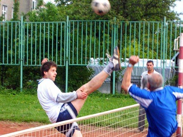 Doškář (vlevo) se snaží zablokovat protivníka.