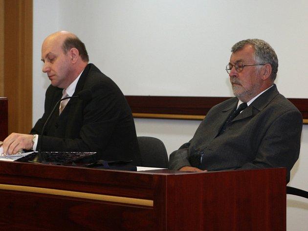 Bývalý místostarosta Jiří Jezerský v soudní síni se svým advokátem. Od okresního soudu včera nakonec odešel jako vítěz.