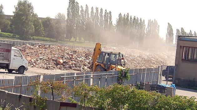 Prach z demolici obtěžuje