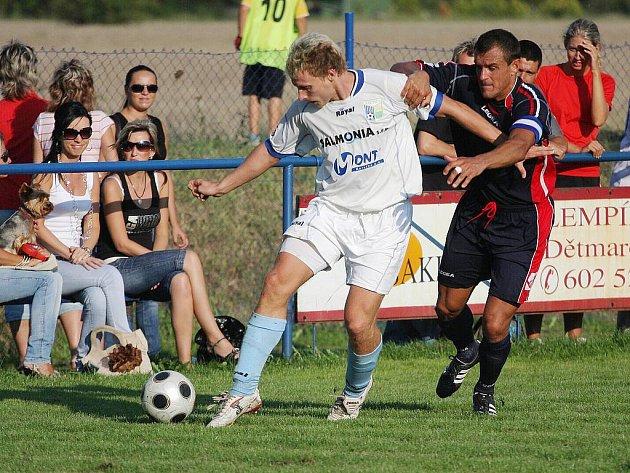 Petrovičtí hráči (v bílém Reichl) vyšli tentokrát střelecky naprázdno.