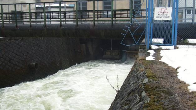 Těrlická přehrada odpouští vodu, aby si udržela rezervu pro jarní tání