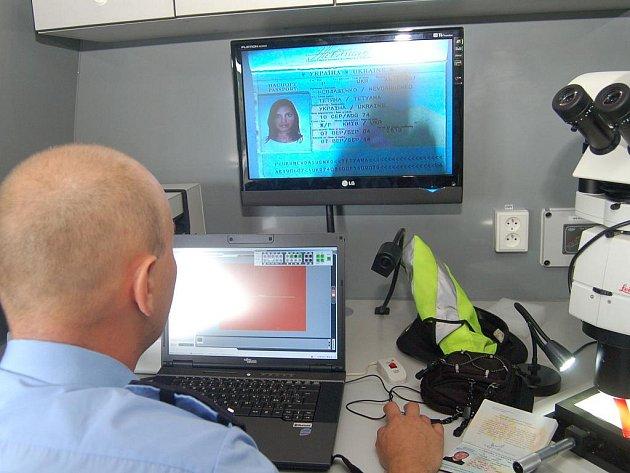 Policie má k dispozici novou dodávku s technikou pro kontrolu cizinců.