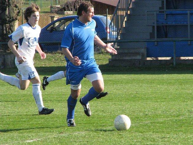 Co se to hernajs děje? Jako by naznačoval hráč Albrechtic na našem snímku. Letos jsou sestupy ve fotbalových soutěžích na Moravě a ve Slezsku značně sledovány.