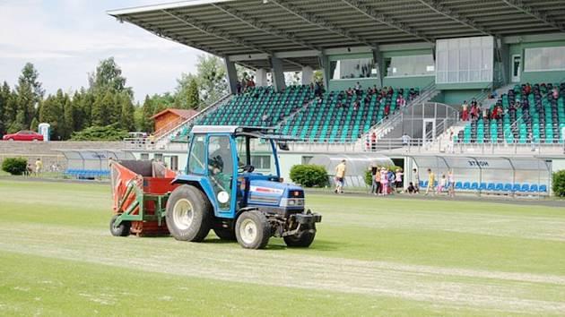 Na hlavní hrací plochu Městského stadionu vyjely traktory.