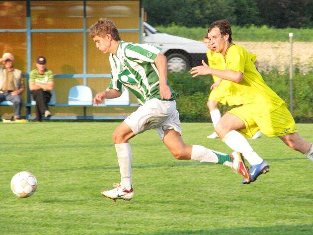 Tomáš Jursa (na ilustračním snímku vlevo) pečetil v Hlučíně třetím gólem postup svého celku.