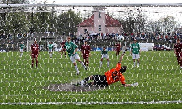Tomáš Jursa posílá proměněnou penaltou Karvinou do vedení na 2:1.