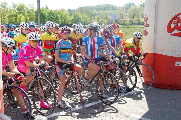 Cyklisté a cyklistky zahajují sezonu na silnici.