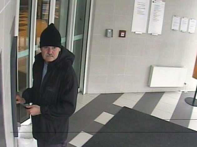 Podezřelý muž u bankomatu