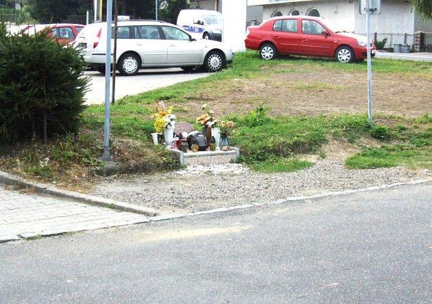 V tomto případě pozůstali místo malého křížku postavili u silnice celý náhrobek.