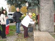 Starostové Těrlicka Lydie Vašková a Třanovic Jan Tomiczek položili kytici květin k památníku ke zrodu nového státu.