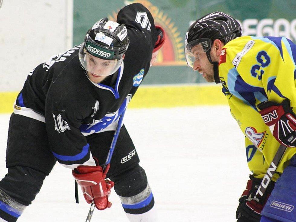 Hokejisté Havířova (tmavé dresy) porazili v posedním zápase Přerov až po prodloužení.
