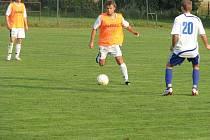 Horní Suchá prohrála v Janovicích mimo jiné i proto, že Tomáš Zima (s míčem) nevyužil své dvě možnosti.