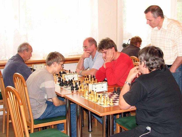 Vítězný tým Baníku Havířov A (vpravo) v souboji se Slavií Havířov B.