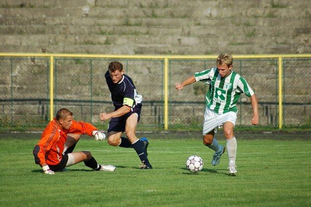 Filip Juroszek (vpravo) zařídil svým gólem Karviné remízu z Brna.