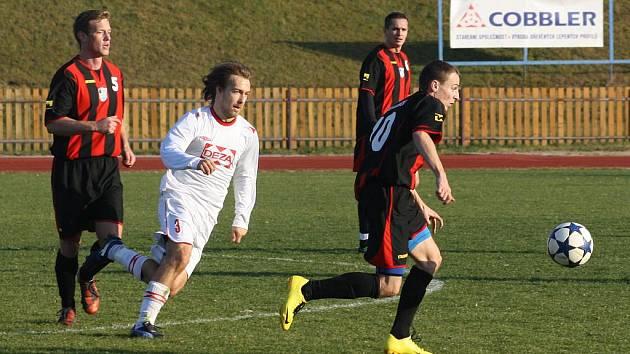 Fotbalisté MFK Havířov (pruhované dresy) poslední zápas podzimu prohráli, když smolně inkasovali v poslední minutě.