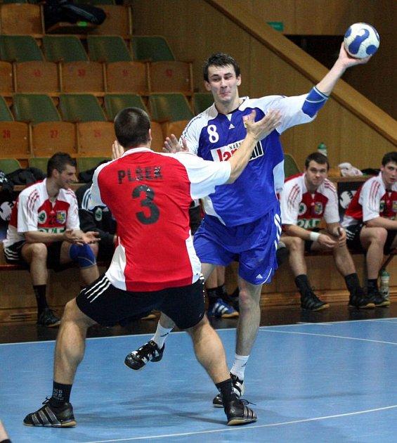 Radek Sliwka (vpravo) se snaží přejít přes Roberta Plška z Karviné v přípravném utkání národního týmu juniorů s Baníkem OKD.
