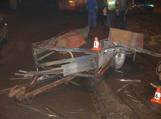 Havarovaný přívěsný vozík, který zranil dva muže
