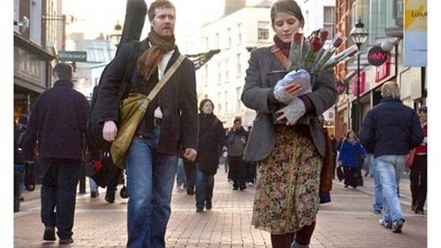 Záběr z filmu Once, ve kterém si zahrála i Češka Markéta Irglová.