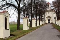 V Petřvaldě září novotou opravené kaple křížové cesty