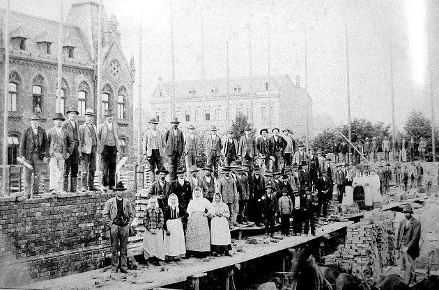Dobová fotografie z roku 1903 zachycuje dostavbu levého křídla bývalého školního komplexu.