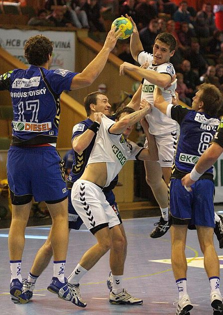Karvinští házenkáři (v bílém) podruhé v sezoně nepřehráli Lovosice.