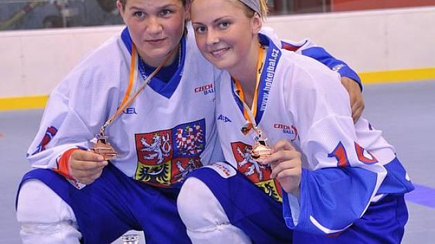Kateřina Němcová (vlevo) a Tereza Palová s bronzovými medailemi na krku.