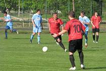 Albrechtičtí fotbalisté (červené dresy) si s oslabeným Vratimovem poradili a získali povinné body.