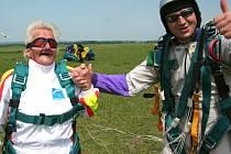 Parašutistka-seniorka Františka Zemanová (vlevo) při jednom ze seskoků letos na jaře.